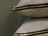 Poduszki ze złotymi suwakami