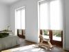 jasne rolety okienne w salonie