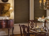 ciemnozielone żaluzje drewniane w jadalni